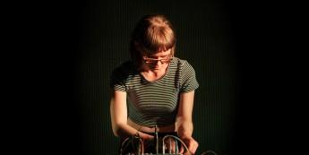 La photo représente Émilie Payeur en séance de travail au centre OBORO.